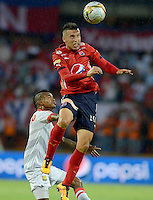 MEDELLIN - COLOMBIA -24 -04-2016: John Hernandez (Der.) jugador de Deportivo Independiente Medellin disputa el balón con Hanyer Mosquera (Izq.) jugador de Rionegro Aguilas, durante partido entre Deportivo Independiente Medellin y Rionegro Aguilas, por la fecha 14 de la Liga Aguila I 2016, en el estadio Atanasio Girardot de la ciudad de Medellin. / John Hernandez (R) player of Deportivo Independiente Medellin fights for the ball with Hanyer Mosquera (L) player of Rionegro Aguilas, during a match between Deportivo Independiente Medellin and Rionegro Aguilas, for the date 14 of the Liga Aguila 1I 2016 at the Atanasio Girardot stadium in Medellin city. Photos: VizzorImage  / Leon Monsalve / Cont.