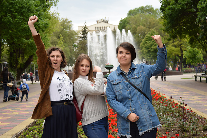 Die Frauenrechtsaktivistinnen von links: Vira Protskih (21), Stasja Riabtseva (21) und Victoria Kosheleva (22).