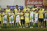 BUCARAMANGA-COLOMBIA-23-04-2016. Jugadores de Atlético Bucaramanga durnate los actos protocolarios previo al encuentro con Millonarios por la fecha 14 de la Liga Águila I 2016 jugado en el estadio Alfonso López de la ciudad de Bucaramanga./ Players of Atletico Bucaramanga during the formal events prior the match against Millonarios for the date 14 of the Aguila League I 2016 played at Alfonso Lopez stadium in Bucaramanga city. Photo: VizzorImage / Duncan Bustamante / Cont