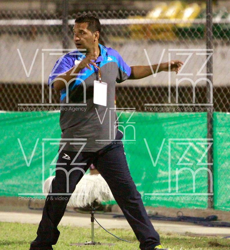 NEIVA - COLOMBIA -07 -02-2015: Carlos Castro, tecnico de Jaguares FC, durante partido entre Atletico Huila y Jaguares FC, por la fecha 2 de la Liga Aguila I-2015, jugado en el estadio Guillermo Plazas Alcid de la ciudad de Neiva. / Carlos Castro, coach of Jaguares FC, during a match between Atletico Huila and Jaguares FC for the  date 1 of the Liga Aguila I-2015 at the Guillermo Plazas Alcid Stadium in Neiva city, Photo: VizzorImage / Chello Petro / Str.