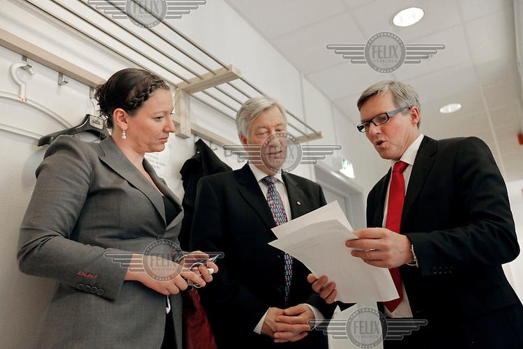 Randi Ness, politisk rådgiver på jobb i Finansdepartementet. Følger finansminister Sigbjørn Johnsen til TV sending.