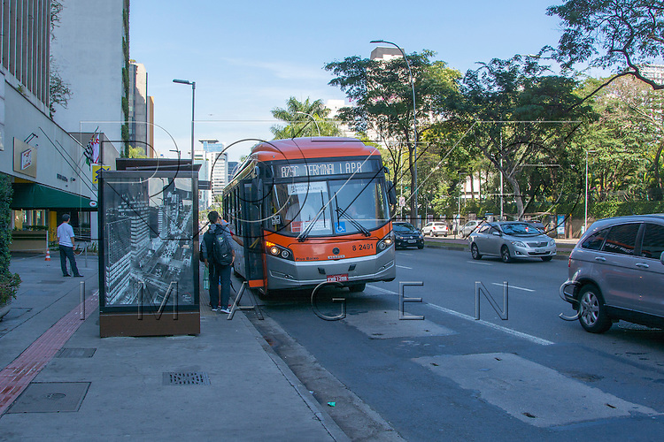Parada de ônibus na Av. Brigadeiro Faria Lima, São Paulo - SP, 07/2016.
