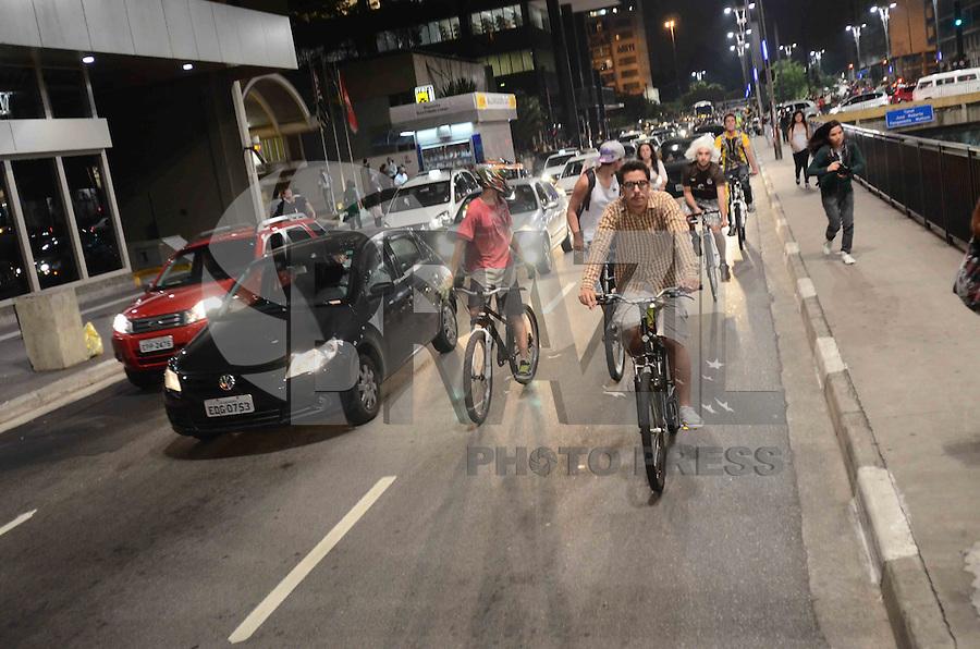 SAO PAULO, SP, 30 DE MARCO DE 2012 - BICICLETA NA AV. PAULISTA - Ciclistas participam da tradicional Bicicletada Nacional, na Avenida Paulista, região central de São Paulo, na noite desta sexta-feira (30). (FOTO: ALEXANDRE MOREIRA / BRAZIL PHOTO PRESS).