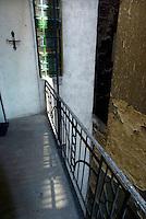 """UNGARN, 04.2009.Budapest - VII. Bezirk .Reste der Ghettomauer (Judenvernichtung 1944/45) im  alten Juedischen Viertel der Elisabethstadt (Erzs?betv?ros):  Die Mauer auf dem Hinterhof der Kiraly utca 51 riegelte das Haus rechts ab (Akacfa utca 62). Gut sichtbar ist hier, wie die Lichthofmauer bis zum 1. Stockwerk erhoeht wurde. Die Ghettogrenze verlief in Budapest nicht entlang von Strassen, sondern wurde hinter den Haeusern ueber Brandwaende und entsprechend verstaerkte Hofmauern gefuehrt, was Aufwand und Sichtbarkeit minimierte..Remains of the Ghetto wall (Holocaust 1944/45) in the old Jewish quarter of the """"Elizabethtown"""" district: The wall in the backyard of Kiraly street 51 cut off the adjacent house to the right (Akacfa street 62). Here the elevation of the lighting courtyard wall up to the first floor is clearly seen. The ghetto boundary in Budapest did not follow open streets, but was drawn behind the houses using party walls and reinforced courtyard walls, thus minimizing effort and visibility..© Martin Fej?r/EST&OST"""
