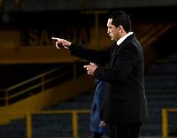 BOGOTÁ - COLOMBIA, 15-08-2018: Aldo Bobadilla, técnico de General Díaz (PAR), da instrucciones a los jugadores, durante partido de vuelta entre Millonarios (COL) y General Díaz (PAR), de la segunda fase por la Copa Conmebol Sudamericana 2018, en el estadio Nemesio Camacho El Campin, de la ciudad de Bogotá. / Aldo Bobadilla, coach of General Diaz (PAR), gives instructions to the players, during a match of the second leg between Millonarios (COL) and General Diaz (PAR), of the second phase for the Conmebol Sudamericana Cup 2018 in the Nemesio Camacho El Campin stadium in Bogota city. VizzorImage / Luis Ramirez / Staff.