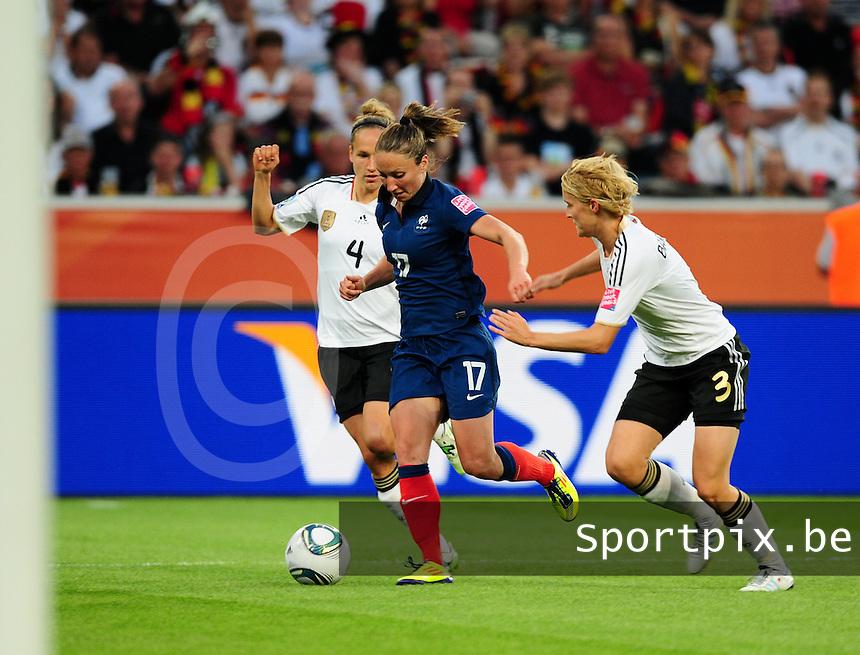 Fifa Women's World Cup Germany 2011 : France - Germany ( Frankrijk - Duitsland ) at Munchengladbach World Cup stadium : Saskia BARTUSIAK (rechts) en Babett PETER (links) proberen Gaetane THINEY tegen te houden.foto DAVID CATRY / Vrouwenteam.be