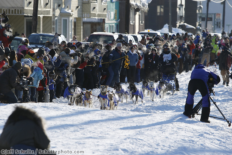 Lance Mackey runs down the finish cute to win the 2009 Iditarod at Nome, Alaska   Iditarod 2009
