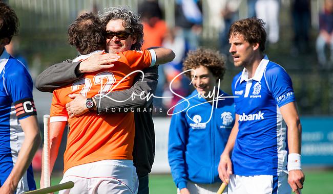 BLOEMENDAAL  -   Rogier Hofman (Bloemendaal) met Kampong manager Wouter Scheffers  na   de play offs heren hoofdklasse Bloemendaal-Kampong (0-2) . Kampong plaatst zich voor de finale.  COPYRIGHT KOEN SUYK