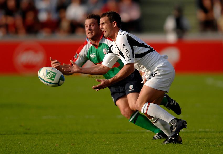 Photo: Richard Lane..Toulouse v London Irish. Heineken Cup. 29/10/2006. .Jean-Baptiste Elissalde of Toulouse passes as Paul Hodgson of Irish.