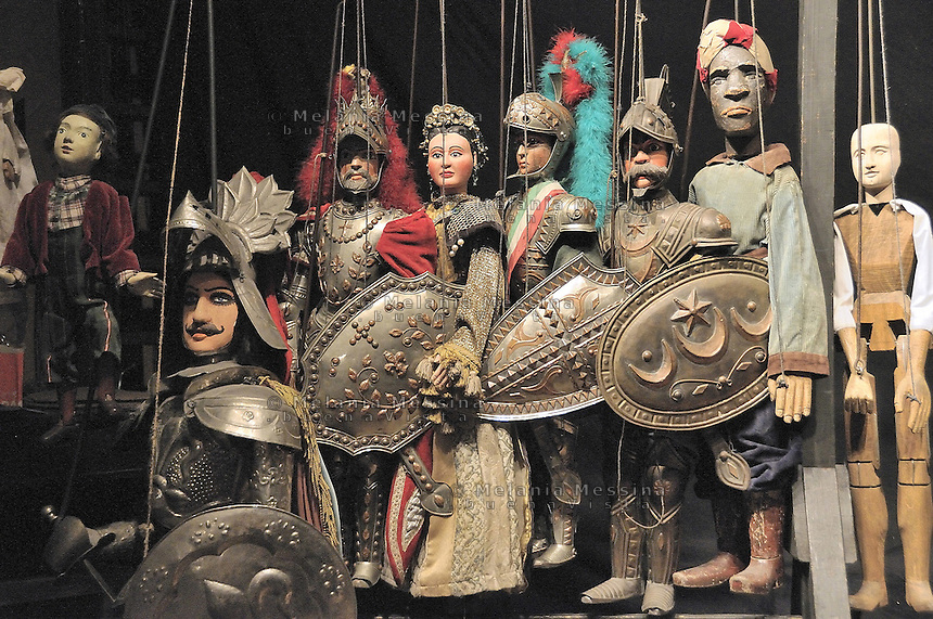 Some of the puppets built by Mimmo Cuticchio in his workshop.I pupi creati da Cuticchio all'interno del suo laboratorio