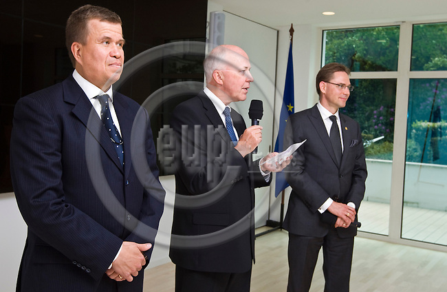 BRUSSELS - BELGIUM - 22 May 2013 -- Inauguration reception at the Permanent Representation of Finland to the EU and The Embassy of Finland to Belgium. -- Mikael LÅNGSTRÖM (Langstrom), Counsellor of the Finnish Embassy to Belgium  Jan STORE, Ambassador to the EU and Jyrki KATAINEN, Prime Minister of Finland. -- PHOTO: Juha ROININEN /  EUP-IMAGES