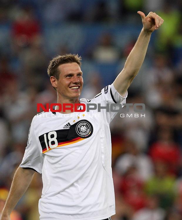 UEFA Euro 2008 Semi-Finals Match 29 Basel - St. Jakob-Park. Deutschland ( GER ) - T&uuml;rkei ( TUR ) 3:2 ( 1:1 ). <br /> Tim Borowski ( Germany / Mittelfeldspieler / Midfielder / Bayern Muenchen #18 ) zeigt den Daumen nach oben.<br /> Foto &copy; nph (  nordphoto  )