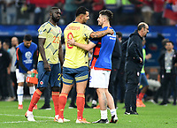 SAO PAULO – BRASIL, 28-06-2019: Davinson Sanchez y Edwin Cardona de Colombia saludan a Igor Lichnovsky de Chile después del partido por cuartos de final de la Copa América Brasil 2019 entre Colombia y Chile jugado en el Arena Corinthians de Sao Paulo, Brasil. / Davinson Sanchez and Edwin Cardona of Colombia hug with Igor Lichnovsky of Chile after their elimination in the Copa America Brazil 2019 quarter-finals match between Colombia and Chile played at Arena Corinthians in Sao Paulo, Brazil. Photos: VizzorImage / Julian Medina / Cont /