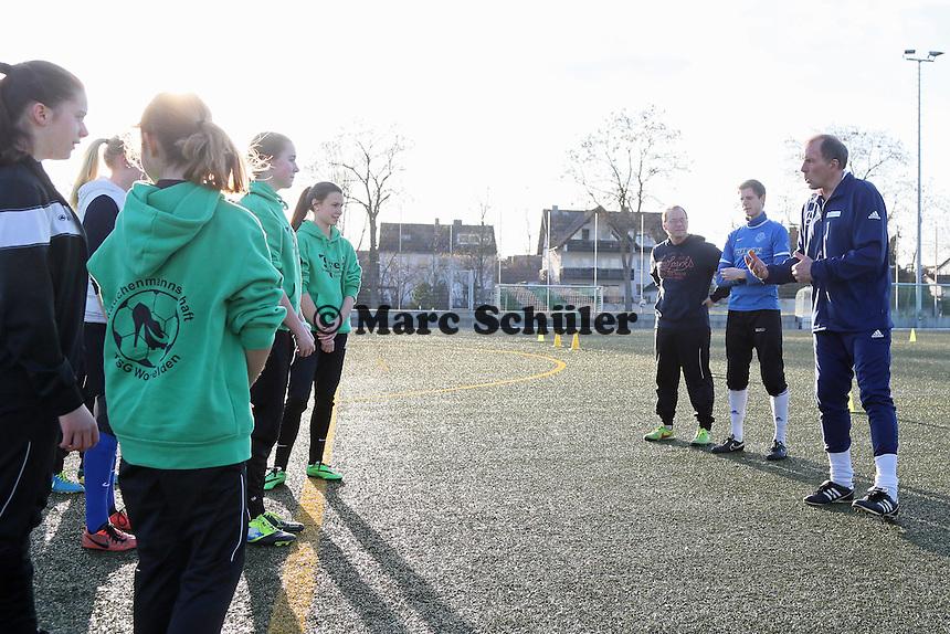 Trainer Rudi Stalysa (r.) vom Stützpunkt des HFV Odenwald trainiert die B-Juniorinnen der TSG Worfelden, die etatmäßigen Trainer Heiko Freund (3vr) und Tim Petri (2vr) hoeren zu
