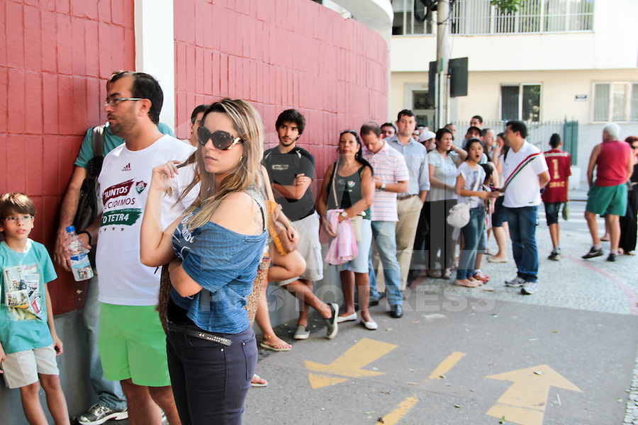 RIO DE JANEIRO; RJ; 18 DE JULHO 2013-  Torcedores do Fluminense fazem fila nas Laranjeiras tentando comprar ingressos para o clássico contra o Vasco do próximo domingo na volta do time tricolor ao Maracanã. FOTO: NÉSTOR J. BEREMBLUM - BRAZIL PHOTO PRESS.