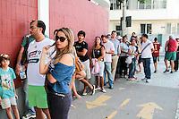 RIO DE JANEIRO; RJ; 18 DE JULHO 2013-  Torcedores do Fluminense fazem fila nas Laranjeiras tentando comprar ingressos para o clássico contra o Vasco do próximo domingo na volta do time tricolor ao Maracanã. FOTO: NÉSTOR J. BEREMBLUM - BRAZIL PHOTO PRESS.