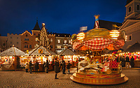 Italien, Suedtirol (Trentino - Alto Adige), Brixen: Weihnachtsmarkt mit Kinderkarussell auf dem Domplatz vor der Pfarrkirche St. Michael und dem Rathaus | Italy, South Tyrol (Trentino - Alto Adige), Bressanone: christmas market with merry-go-round, parish church St. Michael and townhall at Piazza Duomo