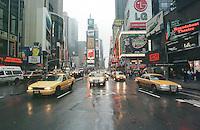 Times Square Ecke 34th Street.<br /> Taxis auf dem Times Square.<br /> New York City, 28.12.1998<br /> Copyright: Christian-Ditsch.de<br /> [Inhaltsveraendernde Manipulation des Fotos nur nach ausdruecklicher Genehmigung des Fotografen. Vereinbarungen ueber Abtretung von Persoenlichkeitsrechten/Model Release der abgebildeten Person/Personen liegen nicht vor. NO MODEL RELEASE! Don't publish without copyright Christian-Ditsch.de, Veroeffentlichung nur mit Fotografennennung, sowie gegen Honorar, MwSt. und Beleg. Konto:, I N G - D i B a, IBAN DE58500105175400192269, BIC INGDDEFFXXX, Kontakt: post@christian-ditsch.de]