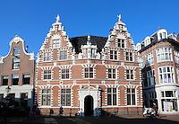 Hoorn. Het Statenlogement, gelegen in de binnenstad van Hoorn, stamt deels uit 1435. Het oudste deel behoorde tot het klooster Sint Cecilia. De leden van het gewestelijke bestuur vergaderden in het pand waar nu het Westfries Museum is gevestigd. Zij gebruikten de Scheepenkamer in het Statenlogement als eetzaal.Later werd dit de raadzaal van Hoorn.  Tegenwoordig worden er huwelijken voltrokken en vinden er officiële ontvangsten van het gemeentebestuur plaats