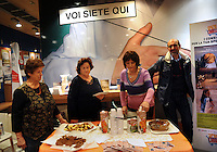 I soci  promuovono i prodotti equo-solidali a marchio all'interno del Supermercato Coop. Members promote Fairtrade products within the Coop supermarket...