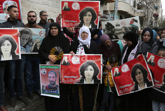 Palestinians take part in a protest to show solidarity with Palestinian prisoners held in Israeli jails, in front of Red cross office in Gaza city, on January 1, 2018. Photo by Ashraf Amra