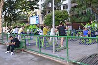 RIO DE JANEIRO, RJ, 02 DE MAIO 2012 - CLIMA TEMPO CAPITAL FLUMINENSE - Movimentacao de pessoas na Praca Afonse Pena, na Tijuca zona norte do Rio de Janeiro em manha ensolarada nesta quarta-feira, 02. (FOTO: MARCELO FONSECA / BRAZIL PHOTO PRESS).