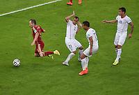 FUSSBALL WM 2014  VORRUNDE    Gruppe B     Spanien - Chile                           18.06.2014 Andres Iniesta (li, Spanien) ohne Chanece gegen die Chilenen Marcelo Diaz, Eduardo Vargas und Charles Aranguiz (v.l., alle Chile)