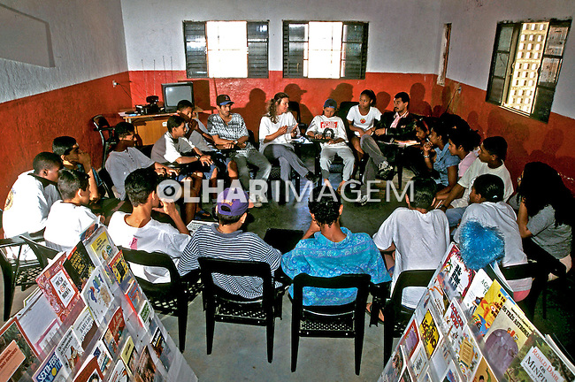 Reunião de jovens na associação de moradores. Heliópolis, São Paulo.2000. Foto de Juca Martins.
