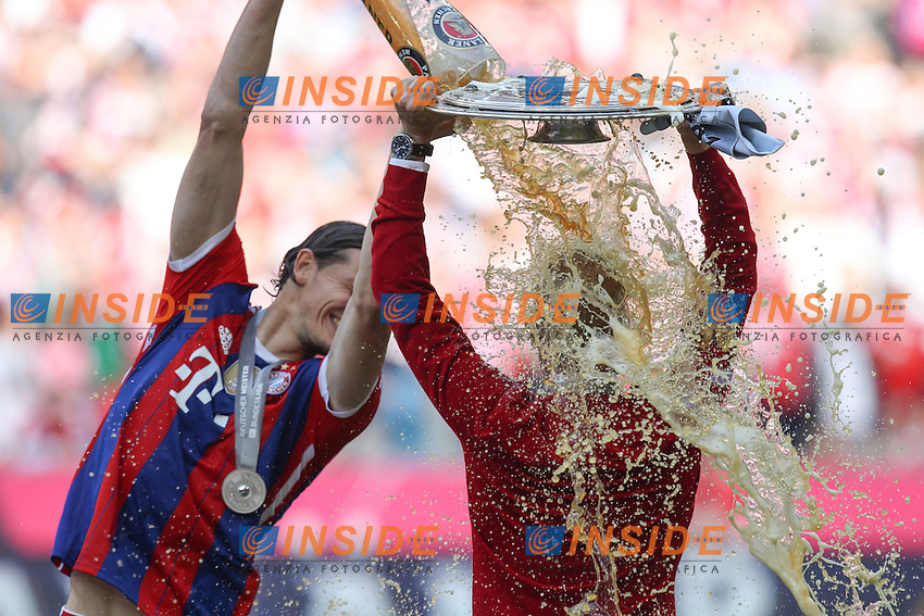 10.05.2014, Allianz Arena, Muenchen, GER, 1. FBL, FC Bayern Muenchen vs VfB Stuttgart, 34. Runde, im Bild l-r: Daniel Van Buyten #5 (FC Bayern Muenchen) Bierdusche auf Chef-Trainer Pep Guardiola (FC Bayern Muenchen), haelt die Meisterschale in der Hand // during the German Bundesliga 34th round match between FC Bayern Munich and VfB Stuttgart at the Allianz Arena in Muenchen, Germany on 2014/05/10. EXPA Pictures &copy; 2014, PhotoCredit: EXPA/ Eibner-Pressefoto/ Kolbert<br /> <br /> *****ATTENTION - OUT of GER***** <br /> Football Calcio 2013/2014<br /> Bundesliga 2013/2014 Bayern Campione Festeggiamenti <br /> Foto Expa / Insidefoto