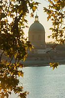 France, Haute-Garonne (31), Toulouse,  Lumière du soir sur la  Garonne, hospice Saint Joseph de la Grave //  France, Haute Garonne, Toulouse  Evening light on the Garonne, Hospice St. Joseph de la Grave