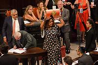 RIO DE JANEIRO, RJ, 01.02.2019 – POLITICA-RJ – Posse da candidata eleita ao cargo de deputada estadual do Estado do Rio de Janeiro, enfermeiraRejane pede pela liberdade de Lula, e toma posse hoje no plenário da Assembleia Legislativa do Estado do Rio de Janeiro (Alerj), nesta sexta-feira (01).(Foto: Vanessa Ataliba/ Brazil Photo Press/folhapress)
