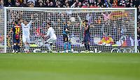 FUSSBALL  INTERNATIONAL  PRIMERA DIVISION  SAISON 2012/2013   26. Spieltag  El Clasico   Real Madrid  - FC Barcelona        02.03.2013 Tor zum 2-1 Sieg fuer Real Madrid,  Cristiano Ronaldo (3.v.li, Real Madrid) und Raphael Varane (Mitte, Real Madrid) jubeln, Javier Mascherano (Barca) , Sergio Busquets (Barca) , Torwart Victor Valdes (Barca) und Daniel Alves (v.li, Barca) sind enttaeuscht