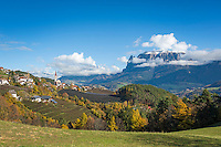 Italy, Alto Adige-Trentino (South Tyrol), Renon: view across Auna di Sotto into the Dolomites with snowcapped Sciliar (2.563 m) | Italien, Suedtirol, Alto Adige-Trentino, auf dem Ritten: Blick ueber Unterinn am Ritten in die Dolomiten, rechts der schneebedeckte Schlern (2.563 m)