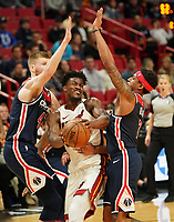 Jimmy Butler (G/F Miami Heat, #22) zwischen David Bertans (F, Washington Wizards, #42) und Bradley Beal (G, Washington Wizards, #3) - 22.01.2020: Miami Heat vs. Washington Wizards, American Airlines Arena