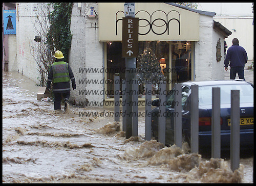Ruthven Lane, Glasgow under water flooding rose following the collapse of a water main on near-by Byres Road, Glasgow  ....  Pic Donald MacLeod 6.12.01