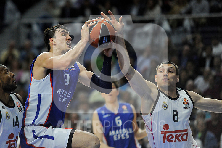Real Madrid´s Jonas Maciulis and Anadolu Efes´s Dario Saric during 2014-15 Euroleague Basketball Playoffs match between Real Madrid and Anadolu Efes at Palacio de los Deportes stadium in Madrid, Spain. April 15, 2015. (ALTERPHOTOS/Luis Fernandez)