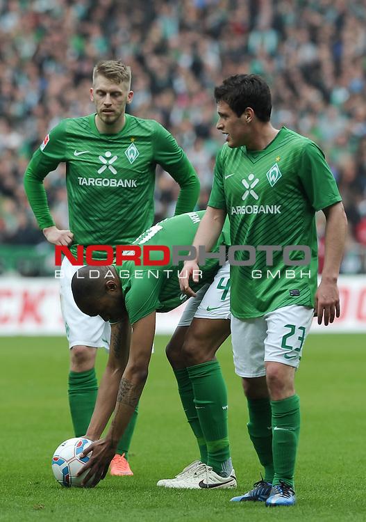 21.04.2012, Weserstadion, Bremen, GER, 1.FBL, Werder Bremen vs Bayern M&uuml;nchen / Muenchen, im Bild Naldo (Bremen #4) legt sich den Ball zurecht, neben ihm Aaron Hunt (Bremen #14) und Zlatko Junuzovic (Bremen #23)<br /> <br /> // during the match Werder Bremen vs Bayern Muenchen on 2012/04/21, Weserstadion, Bremen, Germany.<br /> Foto &copy; nph / Frisch *** Local Caption ***