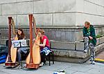 Uliczne harfistki na Placu Zamkowym, Warszawa, Polska<br /> Harpists on Castle Square, Warsaw, Poland