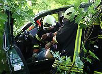 Rettung einer schwerverletzten Frau aus dem Fahrzeug - Messel/Egelsbach 12.05.2018: Feuerwehr-Großübung im Wald