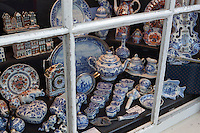 Netherlands, North Holland, Amsterdam: Delftware in shop window | Niederlande, Nordholland, Amsterdam: Schaufenster mit Souvenirs, Delter Porzellan
