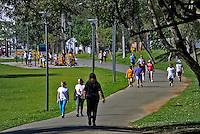 Pessoas no Parque Sao Lourenco  em Curitiba. Parana. 2016. Foto de Antonio Costa.