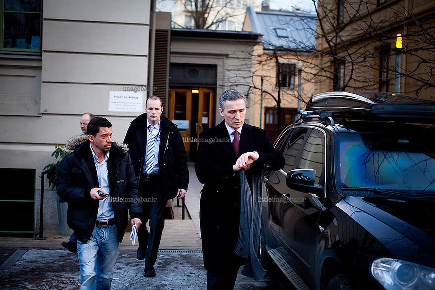 Oslo, Norge, 11.01.2013. Jens Stoltenberg forlater Bratteliseminaret på Litteraturhuset i Oslo, og går til Slottet for Kongen i Statsråd. Foto: Christopher Olssøn.