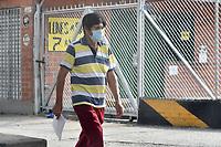 CALI - COLOMBIA, 25-03-2020: Un hombre camina por las calles de Cali durante la cuarentena total en el territorio colombiano causada por la pandemia  del Coronavirus, COVID-19 / Cali citizen walks through the streets during the total quarantine in Colombian territory caused by the Coronavirus pandemic, COVID-19. Photo: VizzorImage / Gabriel Aponte / Staff