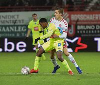 KV KORTRIJK - AA GENT :<br /> Jonathan David (L) tracht voorbij Julien De Sart (R) te geraken<br /> <br /> Foto VDB / Bart Vandenbroucke