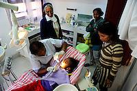 MADAGASCAR Antananarivo / MADAGASKAR Antananarivo, CENTER FIHAVANANA fuer Strassenkinder geleitet von den SCHWESTERN VOM GUTEN HIRTEN / SOEURS DU BON PASTEUR / GOOD SHEPHERD SISTERS, zahnaerztliche Behandlung