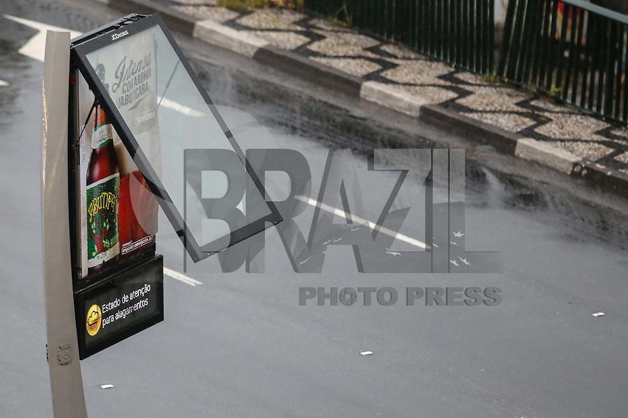 SÃO PAULO, SP, 27.01.2016 - CLIMA-SP - Relógio de transito alerta sobre alagamento em São Paulo no Viaduto Júlio de Mesquita Filho, no bairro da Bela Vista, na região central de cidade, nesta quarta-feira (27). (Foto: Vanessa Carvalho/Brazil Photo Press)