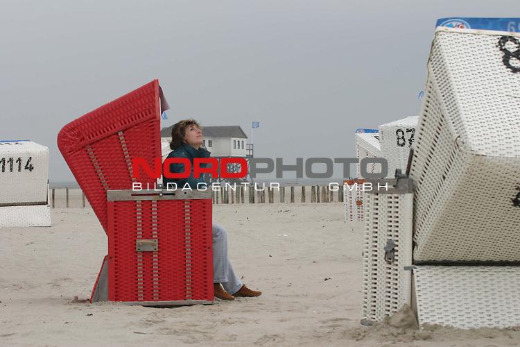 Der Sommer ist vorbei!<br /> Frau (Heike Augsburg aus Hamburg) sitzt in rotem Strandkorb am Strand von St.Peter-Ording und blickt sehnsuechtig zum Himmel.<br /> Foto &copy; nordphoto / Volker Sarbach<br />  *** Local Caption *** Foto ist honorarpflichtig! zzgl. gesetzl. MwSt.<br />  Belegexemplar erforderlich<br /> Adresse: nordphoto<br /> Georg-Reinke-Strasse 1<br /> 49377 Vechta