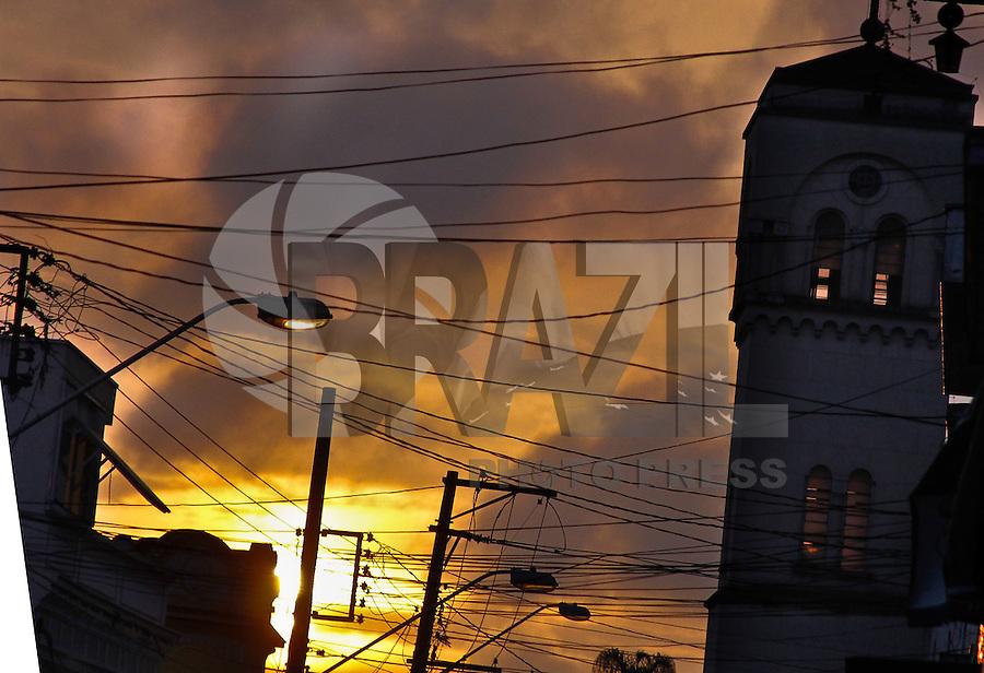 MOGI DAS CRUZES,SP,24 DE FEVEREIRO DE 2012,CLIMA TEMPO MOGI DAS CRUZES SP,Por do Sol é visto em Mogi das Cruzes apos chuva fraca emoldurando a igeja Matiz na cidade nesta sexta 24,FOTO:WARLEY LEITE-BRAZIL PHOTO PRESS
