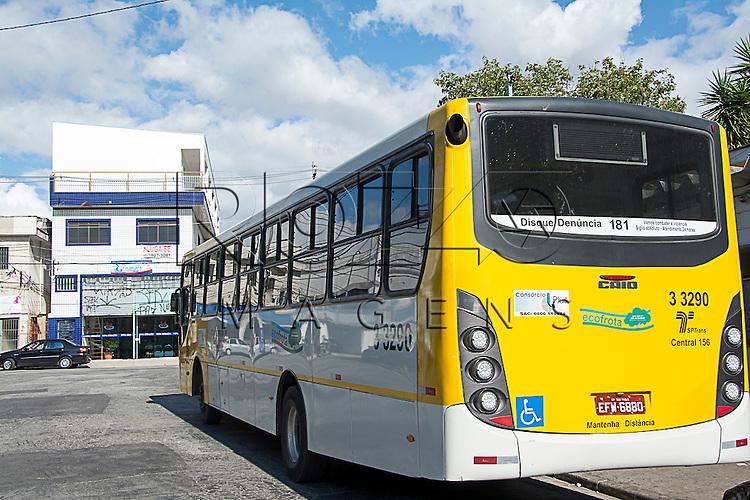 Foto de ônibus com os dizeres de Mantenha Distância, São Paulo - SP, 05/2015.