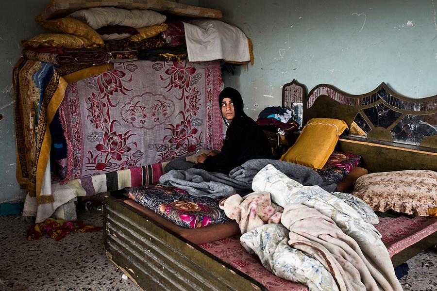 Gaza Beit Hanoun: le jeune fr&egrave;re de Shady vient de se r&eacute;veiller. Il est le seul qui ne est pas mari&eacute; et &agrave; la recherche d'un emploi, mais ne trouve rien comme beaucoup d'autres jeunes hommes de Gaza.<br /> <br /> Gaza Beit Hanoun: Shady's youngest brother just woke up. He's the only one who's not married and looking for a job but can't find anything like many other young men of Gaza.